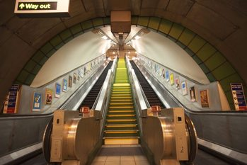 Podziemne metro - schody ruchome Fototapeta