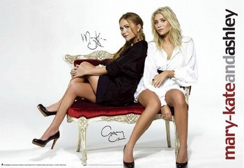 Juliste MARY KATE and ASHLEY - red sofa