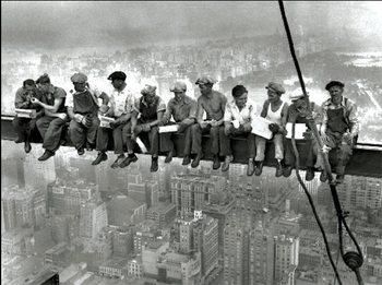 New York - Lunch on a skyscraper - muži na traverze Art Print