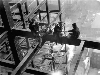 Workers eating lunch atop beam 1925 Taidejuliste