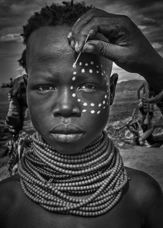 Arte Fotográfica Exclusiva Painting the face of a karo tribe girl (Omo Valley-Ethiopia)