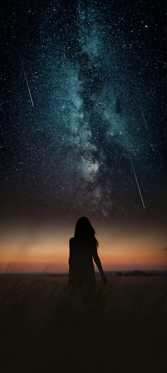 Arte Fotográfica Exclusiva Dramatic and fantasy scene with young woman looking universe with falling stars.
