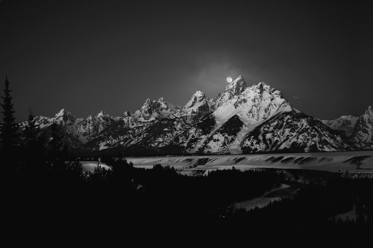 Arte Fotográfica Exclusiva Full Moon Sets in the Teton Mountain Range