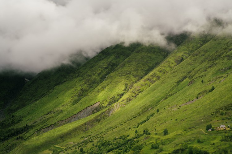 Papel de parede Clouds over the green valley