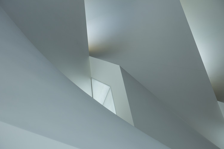 Papel de parede Minimalistic play of lines and light