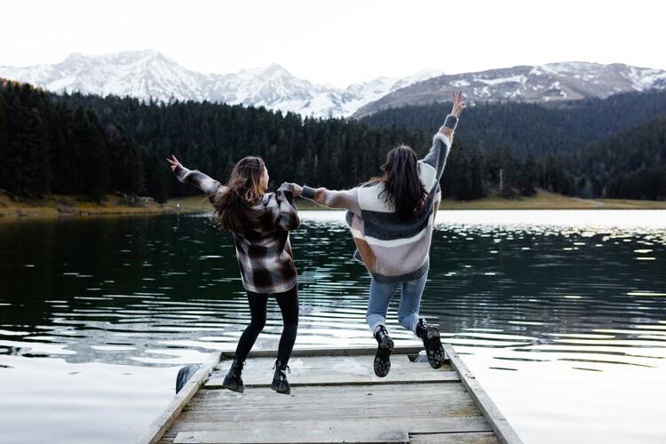 Eksklusiiviset taidevalokuvat adventure friends on the lake