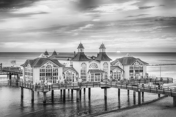 Eksklusiiviset taidevalokuvat BALTIC SEA Sellin Pier during sunrise | monochrome
