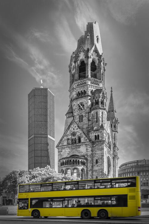 Eksklusiiviset taidevalokuvat BERLIN Kaiser Wilhelm Memorial Church with bus | colorkey