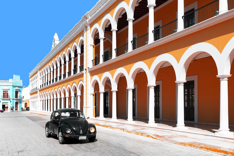 Eksklusiiviset taidevalokuvat Black VW Beetle and Orange Architecture in Campeche