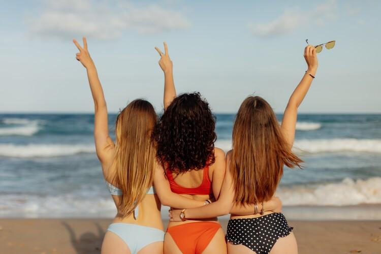 Eksklusiiviset taidevalokuvat friends on the beach
