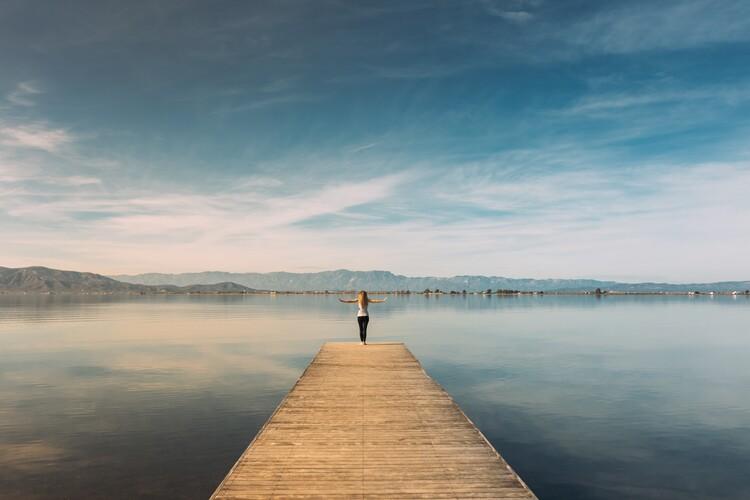 Eksklusiiviset taidevalokuvat Woman doing yoga in the harbor