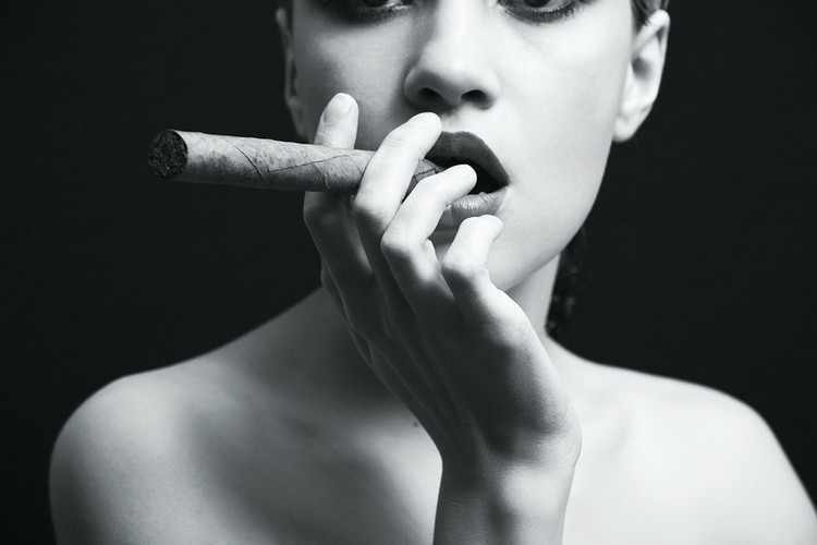 Glass Art Passionate Woman - Cigar b&w