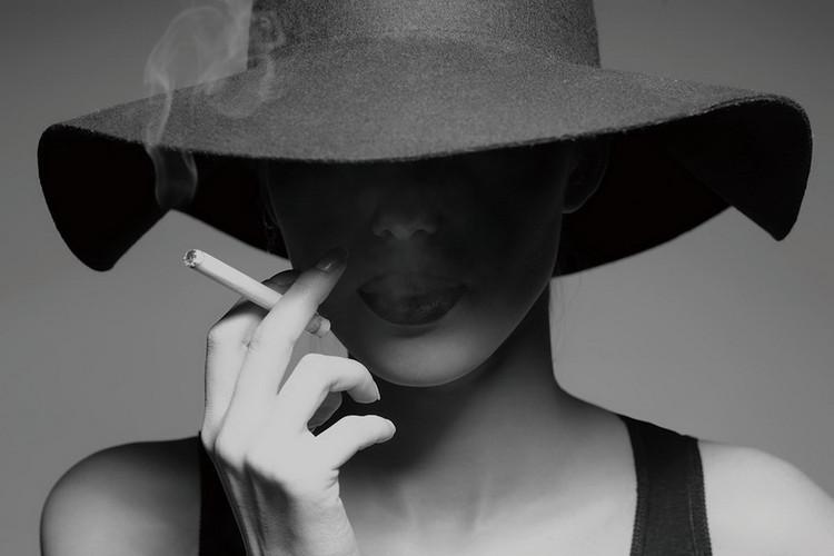 Lasitaulu Passionate Woman - Smoking b&w