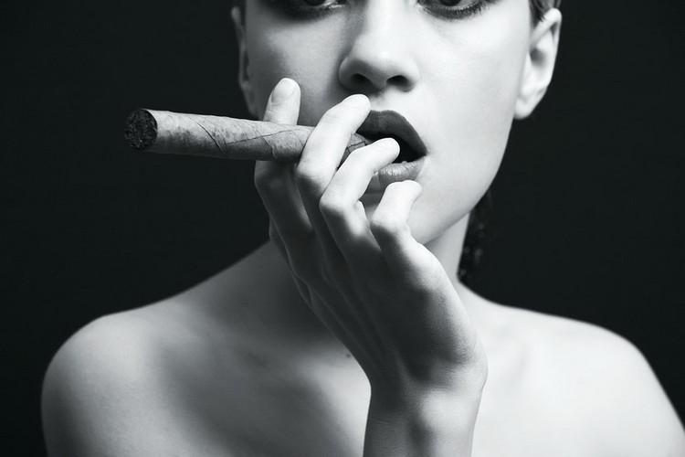 Quadro em vidro Passionate Woman - Cigar b&w