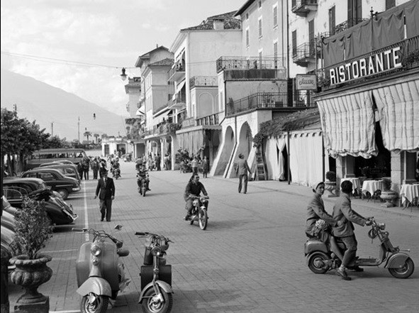 Reprodução do quadro Street scene in Bellagio Italy 1950