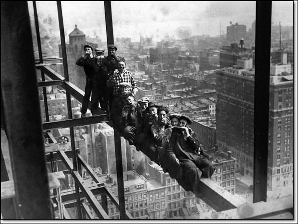 Construction Workers on scaffholding above New York  Taide