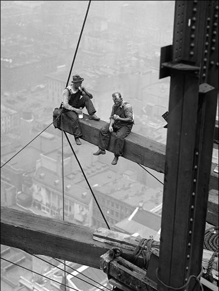 Workers sitting on steel beam 1926 Taidejuliste